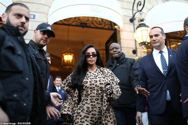 Kim Kardashian bị chê khi mặc nguyên cây đồ da báo - 3