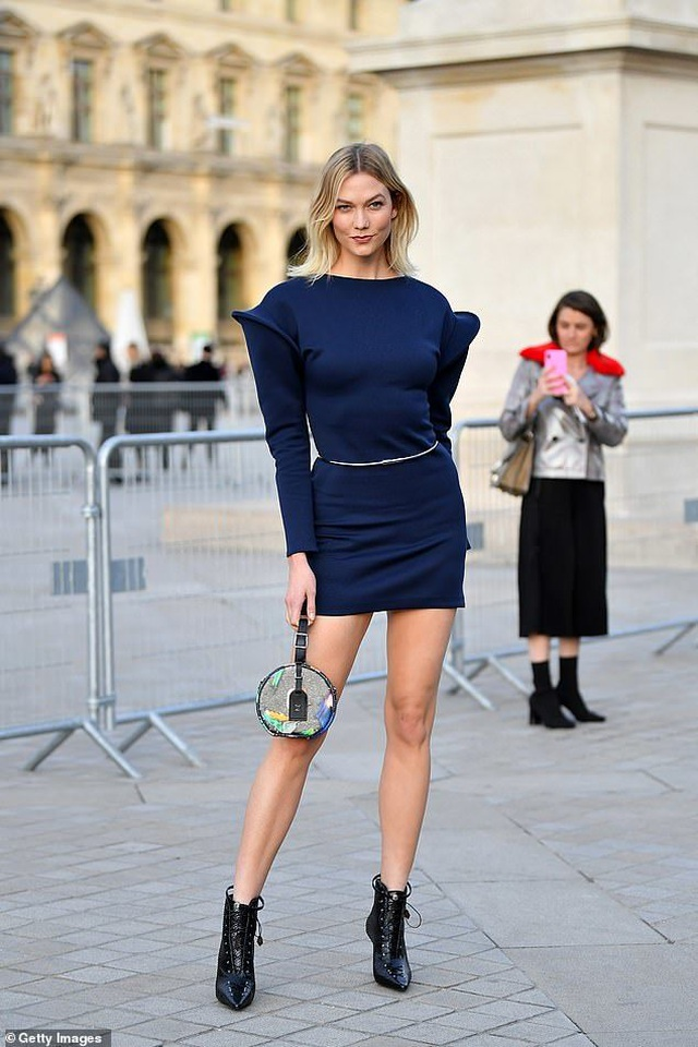 Karlie Kloss nổi bật tại tuần lễ thời trang Paris với chiều cao 1,88m  - 2