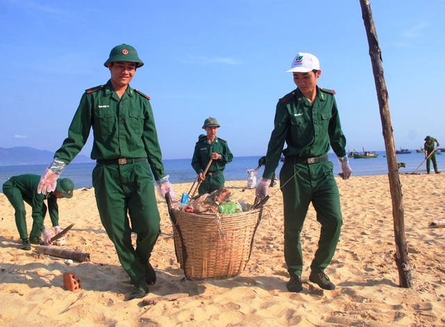 Bình Định: Công an, bộ đội, thanh niên, học sinh nhặt rác làm sạch biển - 4