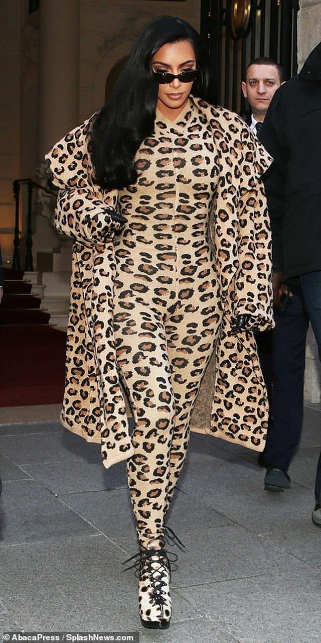 Kim Kardashian bị chê khi mặc nguyên cây đồ da báo - 4