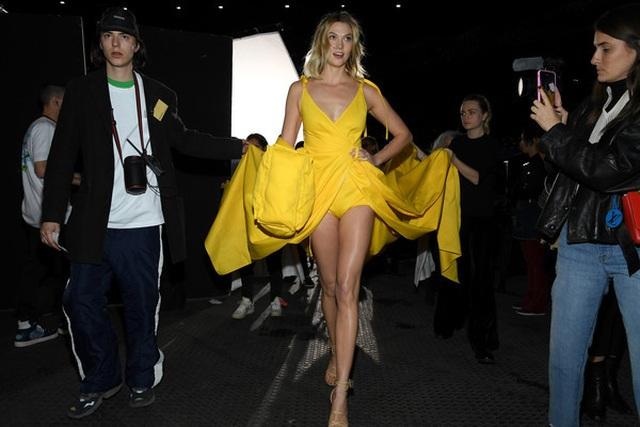 Karlie Kloss nổi bật tại tuần lễ thời trang Paris với chiều cao 1,88m  - 6