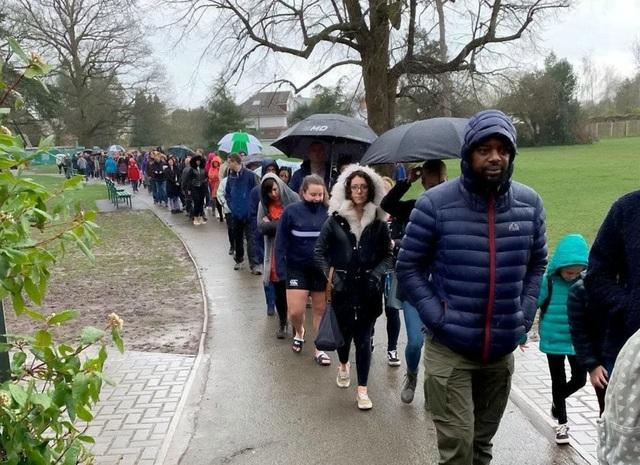 5000 người xếp hàng trong mưa chờ hiến tạng cho cậu bé ung thư bạch cầu - 1