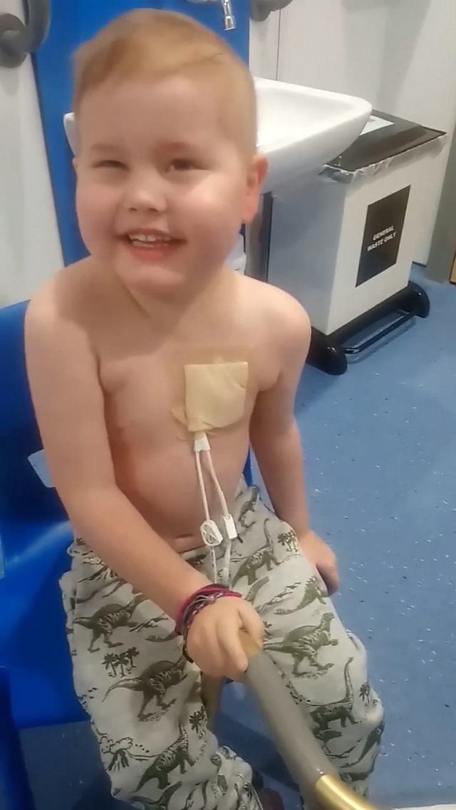 5000 người xếp hàng trong mưa chờ hiến tạng cho cậu bé ung thư bạch cầu - 4