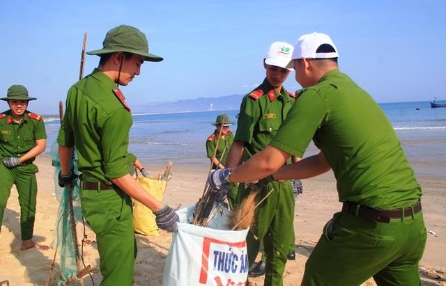 Bình Định: Công an, bộ đội, thanh niên, học sinh nhặt rác làm sạch biển - 5