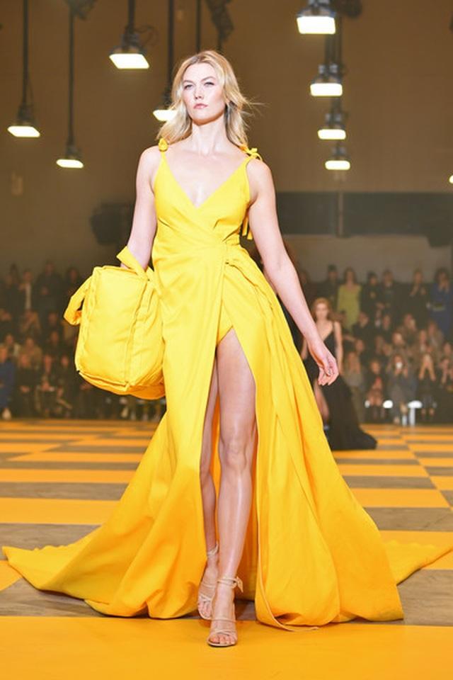 Karlie Kloss nổi bật tại tuần lễ thời trang Paris với chiều cao 1,88m  - 5