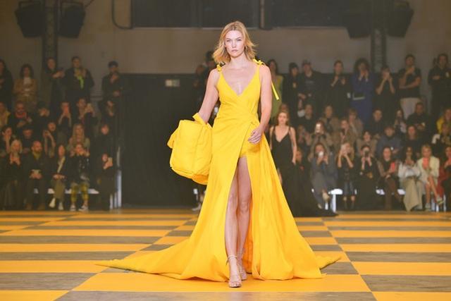 Karlie Kloss nổi bật tại tuần lễ thời trang Paris với chiều cao 1,88m  - 4