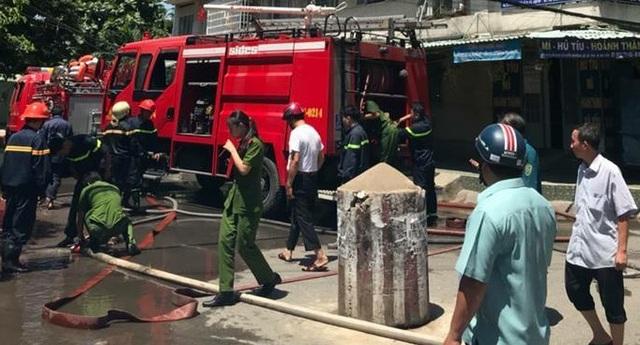 Cháy lớn trong chung cư, hàng chục người ôm tài sản tháo chạy - 1