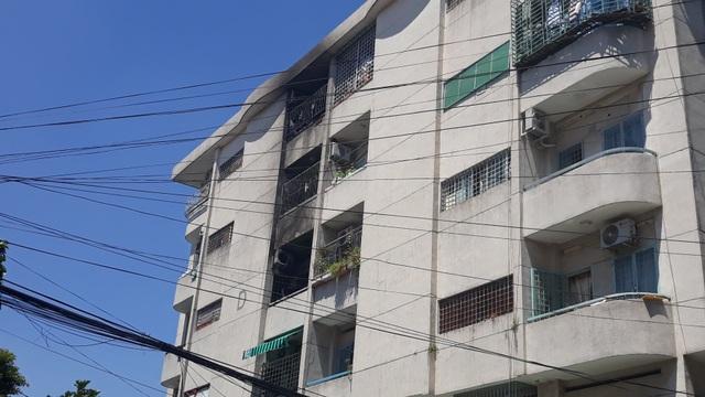 Cháy lớn trong chung cư, hàng chục người ôm tài sản tháo chạy - 2