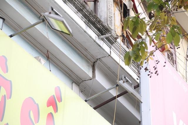 Hà Nội: Nhiều ngôi nhà bất ngờ chống nạng trên đường Đào Tấn - 8
