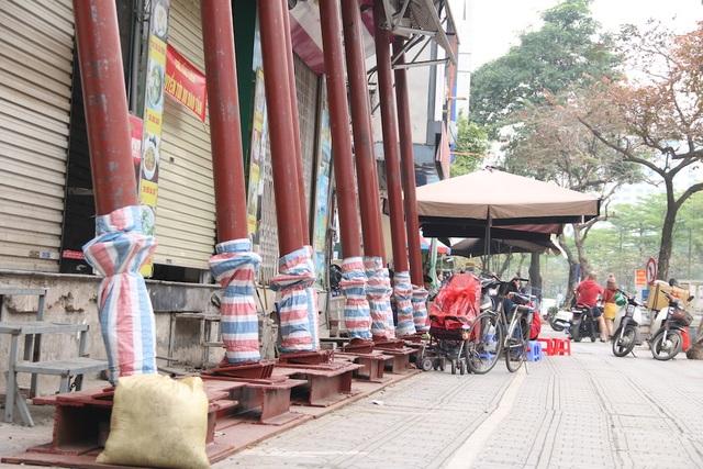 Hà Nội: Nhiều ngôi nhà bất ngờ chống nạng trên đường Đào Tấn - 4