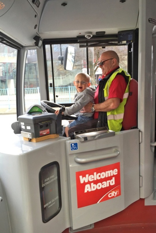 Đi xe buýt yêu luôn tài xế, bất chấp khoảng cách 37 tuổi - 2
