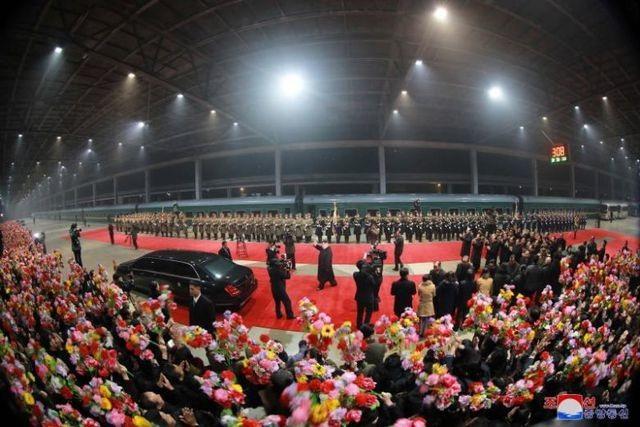 Người Triều Tiên cờ hoa rực rỡ đón ông Kim Jong-un sau chuyến thăm Việt Nam - 1
