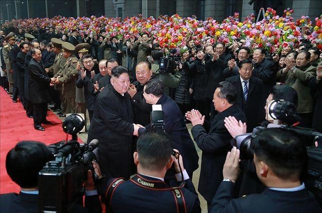 Người Triều Tiên cờ hoa rực rỡ đón ông Kim Jong-un sau chuyến thăm Việt Nam - 2