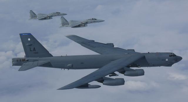 Mỹ điều máy bay ném bom B-52  đến gần các đảo tranh chấp ở Biển Đông - 1