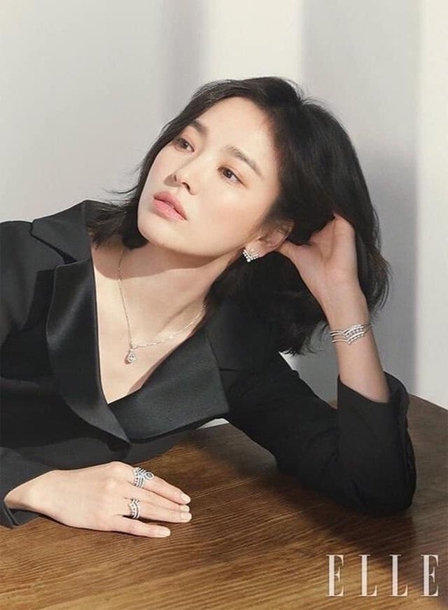 """Phớt lờ tin đồn ly hôn, Song Hye Kyo """"đốn tim"""" cư dân mạng với loạt ảnh đẹp lung linh - 1"""