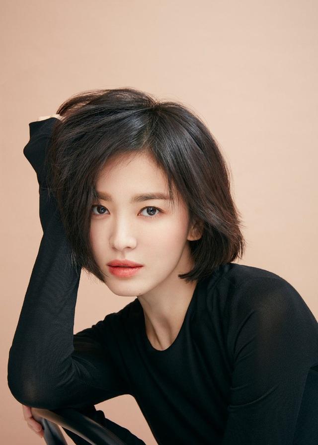 """Phớt lờ tin đồn ly hôn, Song Hye Kyo """"đốn tim"""" cư dân mạng với loạt ảnh đẹp lung linh - 4"""