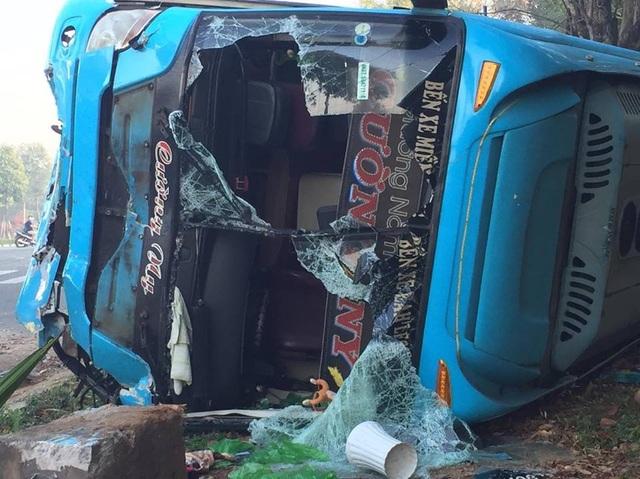 Thông tin bất ngờ về vụ lật xe khách nhiều người mắc kẹt - 2