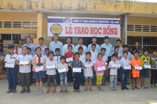 Trao 400 suất học bổng Grobest đến học sinh nghèo tỉnh Sóc Trăng - 2