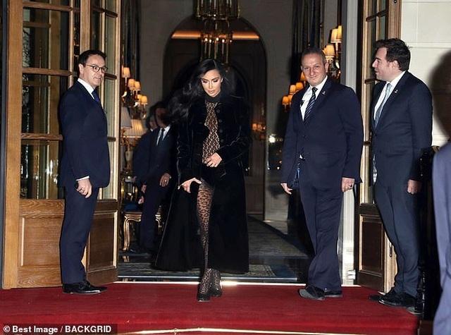 Thêm một bộ đồ hở choáng váng của Kim Kardashian - 1