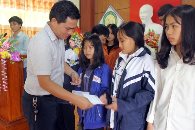Công ty Grobest cùng đồng hành Báo Dân trí trao 80 suất học bổng  đến học trò nghèo vùng biển Hà Tĩnh - 1