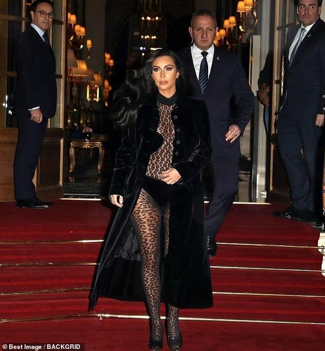 Thêm một bộ đồ hở choáng váng của Kim Kardashian - 4