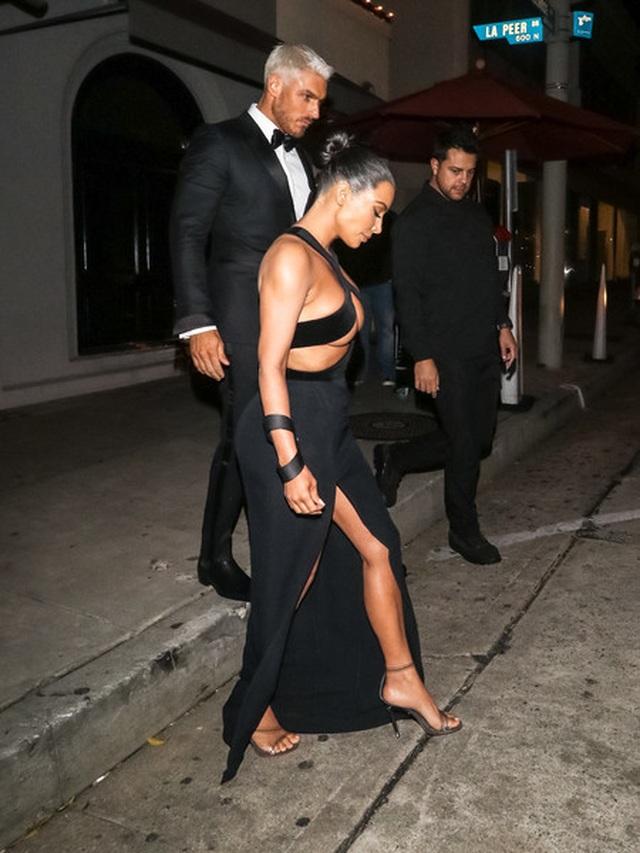 Thêm một bộ đồ hở choáng váng của Kim Kardashian - 6
