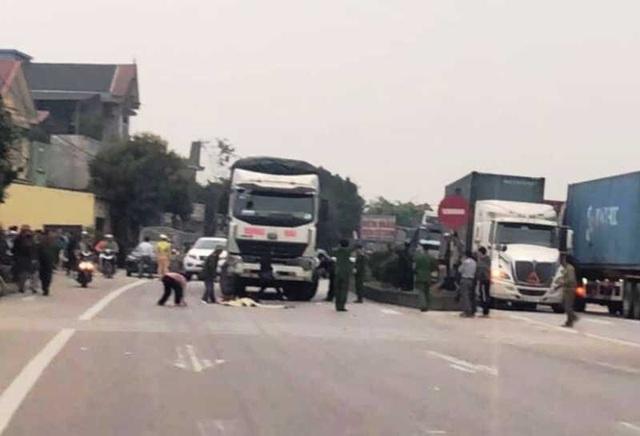Bé gái 3 tuổi chạy ra đường bị xe tải tông tử vong - 1