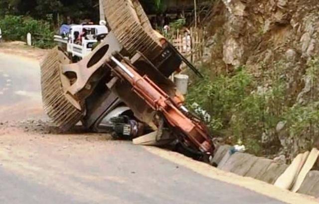 Máy xúc từ thùng xe tải rơi xuống đè chết người đi đường - 1