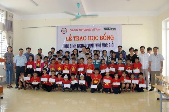 Công ty Grobest cùng đồng hành Báo Dân trí trao 80 suất học bổng  đến học trò nghèo vùng biển Hà Tĩnh - 4