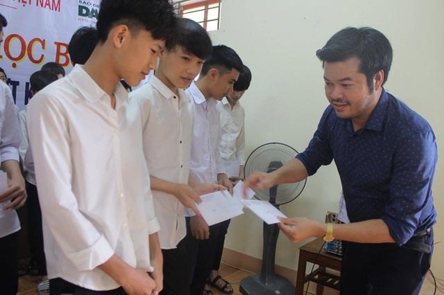 Công ty Grobest cùng đồng hành Báo Dân trí trao 80 suất học bổng  đến học trò nghèo vùng biển Hà Tĩnh - 2