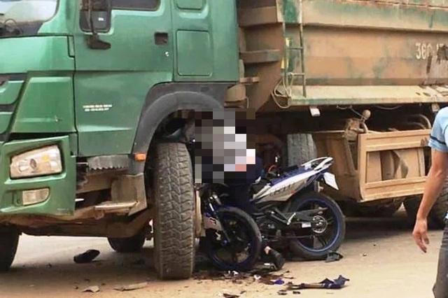 Máy xúc từ thùng xe tải rơi xuống đè chết người đi đường - 2