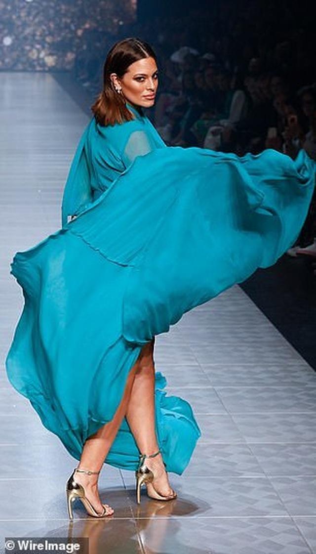 Siêu mẫu Ashley Graham nóng bỏng với váy xuyên thấu - 9