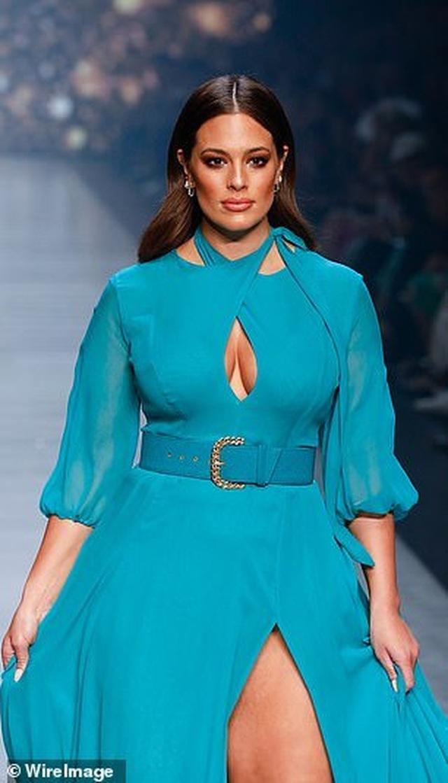 Siêu mẫu Ashley Graham nóng bỏng với váy xuyên thấu - 8