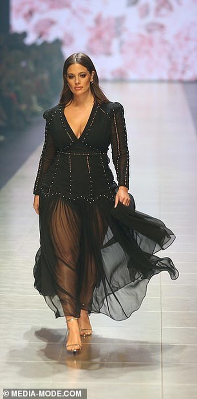 Siêu mẫu Ashley Graham nóng bỏng với váy xuyên thấu - 6