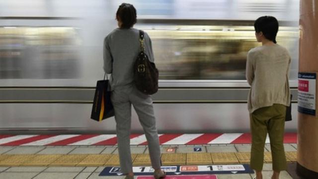 Kẻ biến thái liếm tóc phụ nữ ở ga tàu điện ngầm - 1