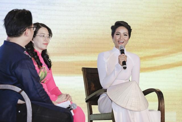 H'Hen Niê truyền cảm hứng áo dài với chiếc áo dài thổ cẩm trắng - 2