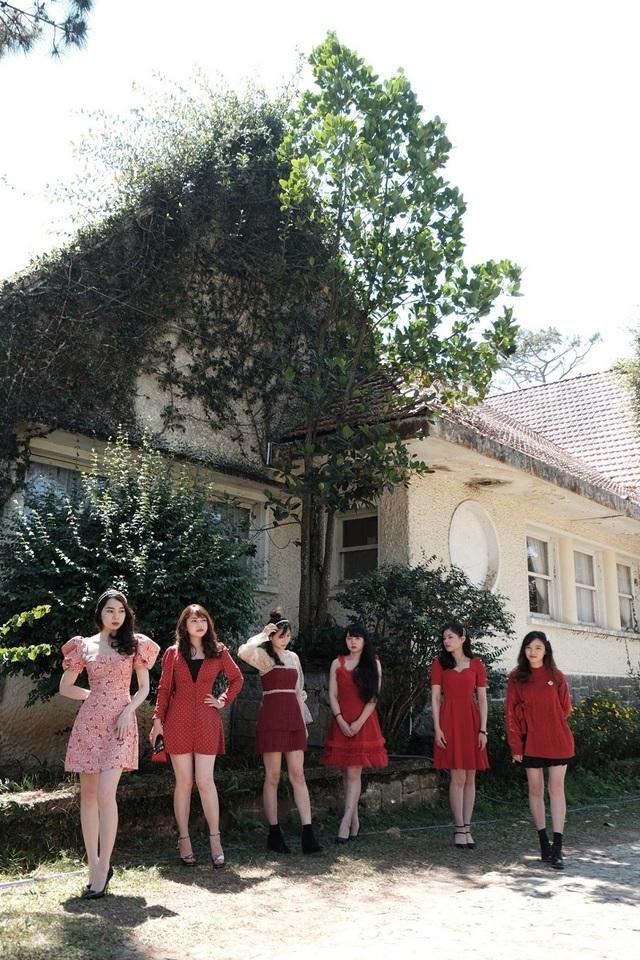 Nhà có 6 chị em gái xinh đẹp giống nhau gây sốt mạng - 1