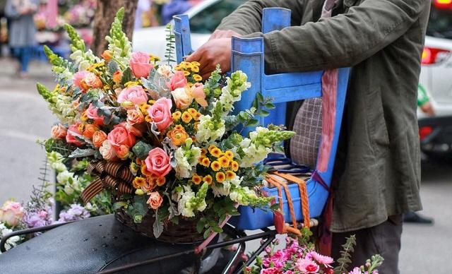 """Cửa hàng hoa đông nghẹt thở, cánh """"mày râu"""" xếp hàng mua tặng vợ - 10"""
