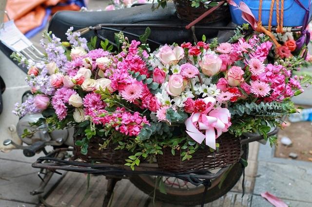 """Cửa hàng hoa đông nghẹt thở, cánh """"mày râu"""" xếp hàng mua tặng vợ - 12"""