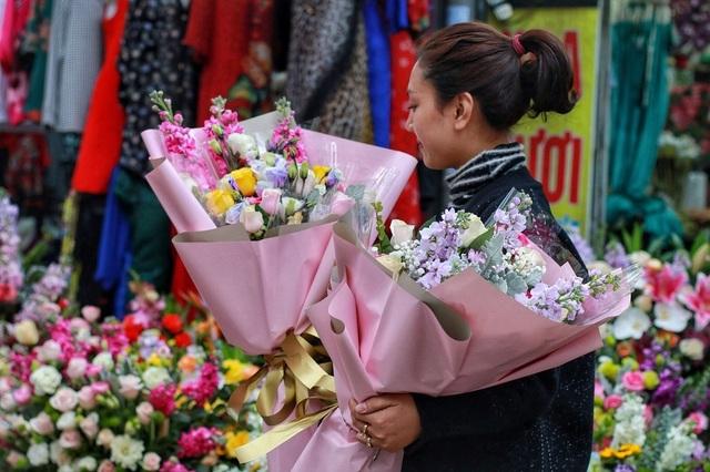 """Cửa hàng hoa đông nghẹt thở, cánh """"mày râu"""" xếp hàng mua tặng vợ - 13"""