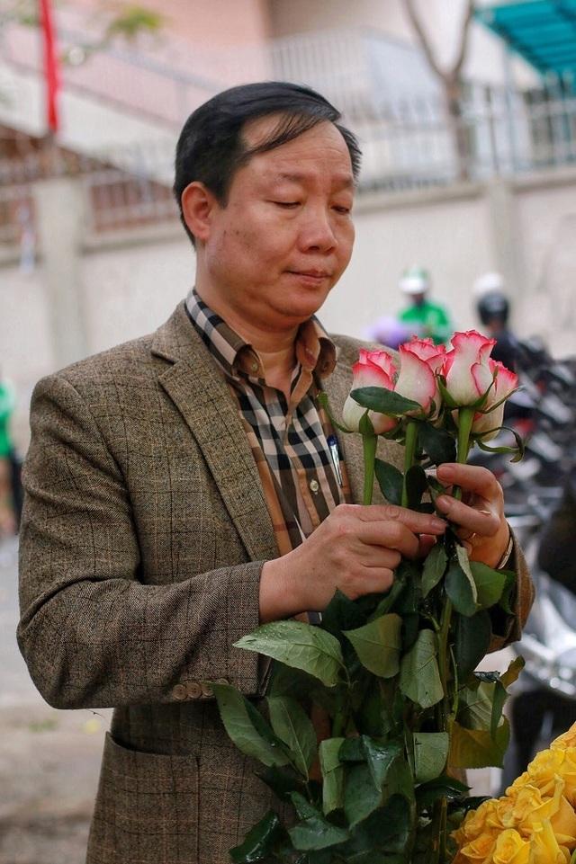 """Cửa hàng hoa đông nghẹt thở, cánh """"mày râu"""" xếp hàng mua tặng vợ - 3"""