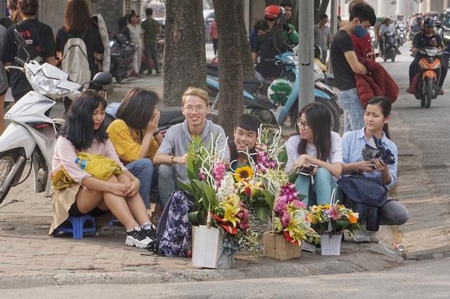 Thị trường mùng 8/3: Trắng đêm ngủ vỉa hè, giữ chỗ đẹp bán hoa - 5