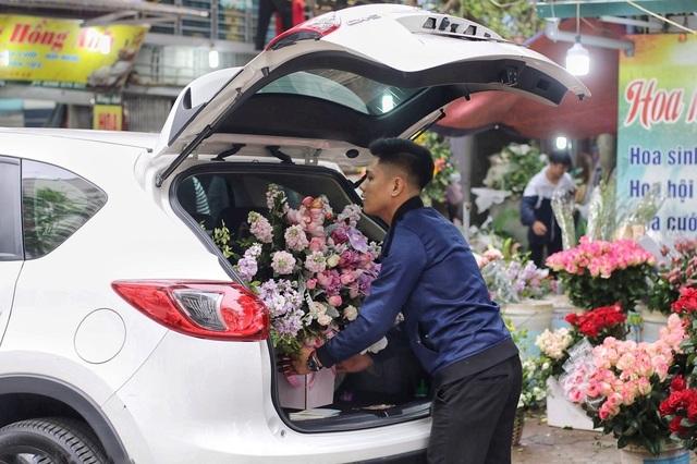 """Cửa hàng hoa đông nghẹt thở, cánh """"mày râu"""" xếp hàng mua tặng vợ - 5"""