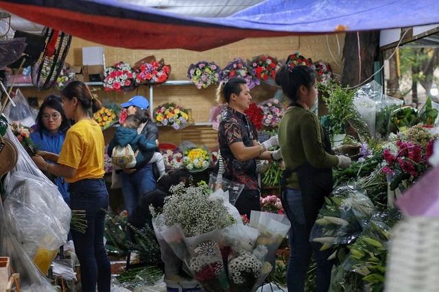 """Cửa hàng hoa đông nghẹt thở, cánh """"mày râu"""" xếp hàng mua tặng vợ - 8"""