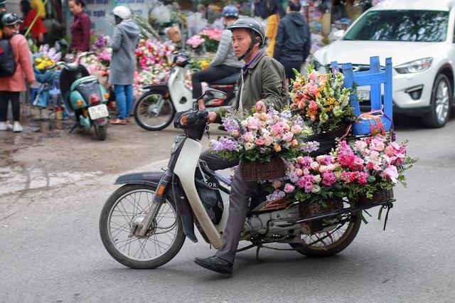 """Cửa hàng hoa đông nghẹt thở, cánh """"mày râu"""" xếp hàng mua tặng vợ - 9"""