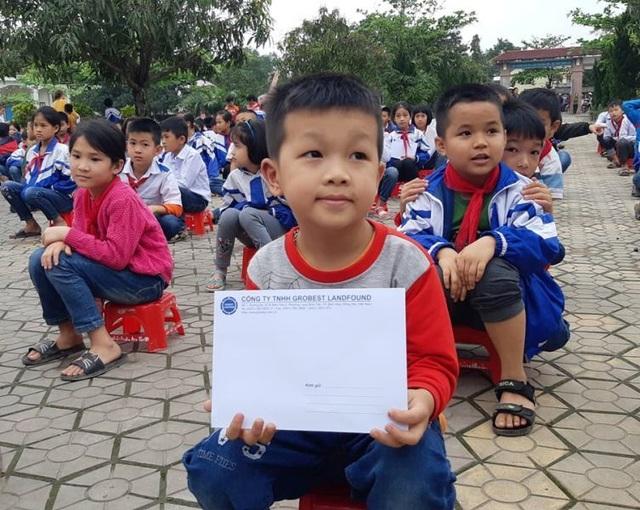 30 em học sinh Trường Tiểu học Mỹ Sơn đón nhận học bổng của nhà tài trợ.