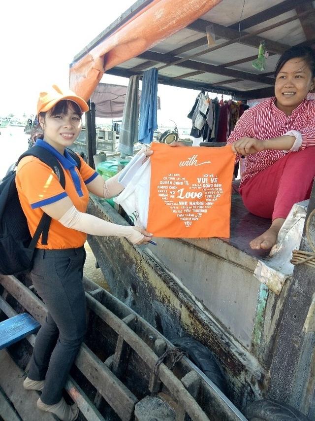 SHB Finance mang niềm vui ngày 8/3 đến các tiểu thương và bà nội trợ tại chợ - 3
