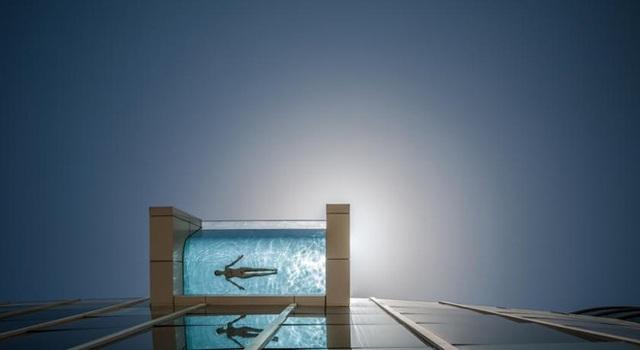 Bể bơi đáy kính được lắp đặt lên tòa tháp 40 tầng bên vịnh Nha Trang - 1