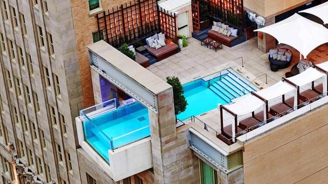 Bể bơi đáy kính được lắp đặt lên tòa tháp 40 tầng bên vịnh Nha Trang - 2