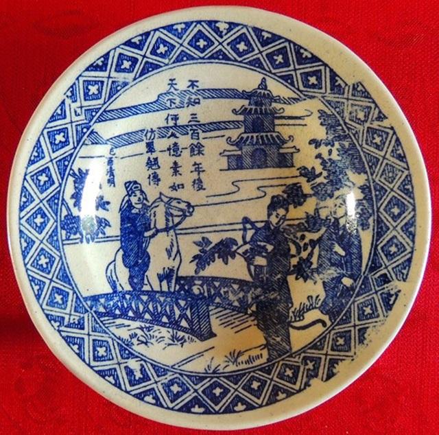 Tìm thấy chiếc đĩa sứ cực quý minh họa cảnh Thúy Kiều du xuân gặp Kim Trọng - 1